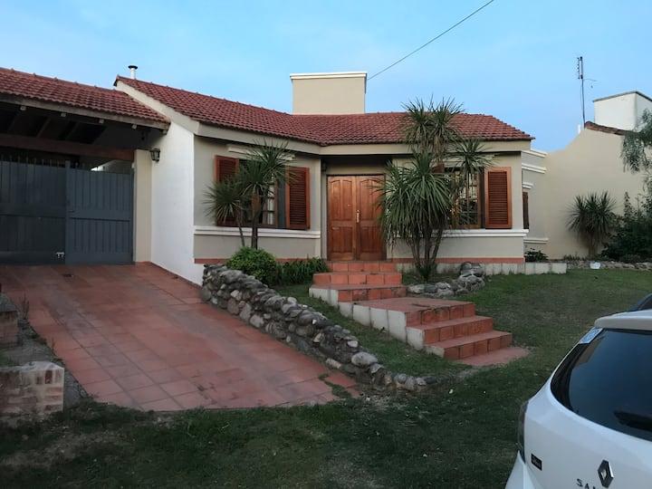 Hermosa casa con pileta y quincho