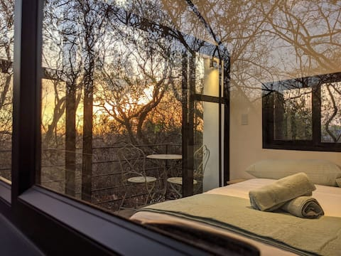 Incredible Treehouse getaway immersed in nature close to the city