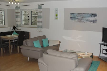 Komfortable neue Ferienwohnung mit 2 Schlafzimmern - Adelschlag - 아파트