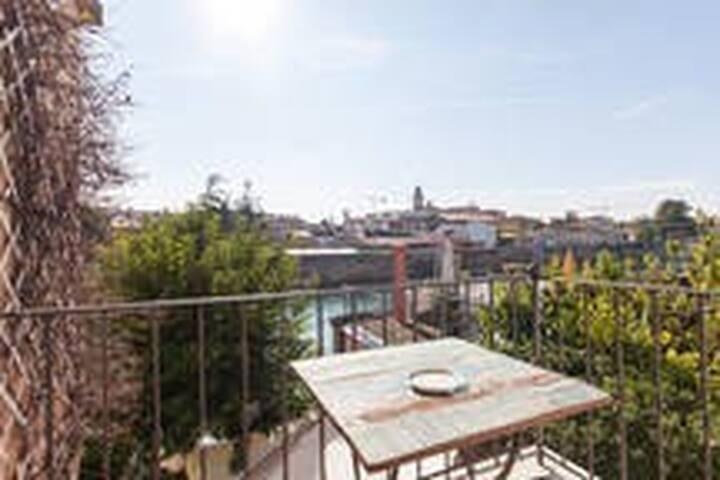 Casa Fellini camera con balcone sul fiume