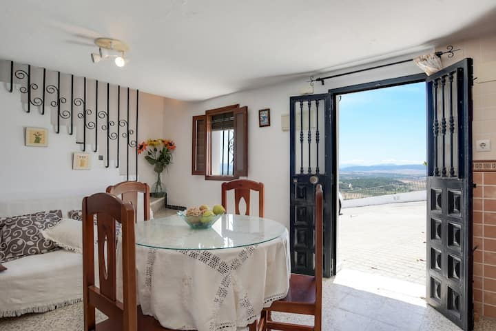 Cosy Apartment in Central Location with Mountain Views & Wi-Fi