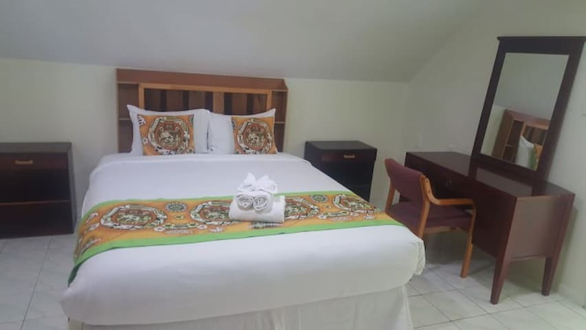 Malau Lodge:Queen Room, AirCond, Shared Bathroom
