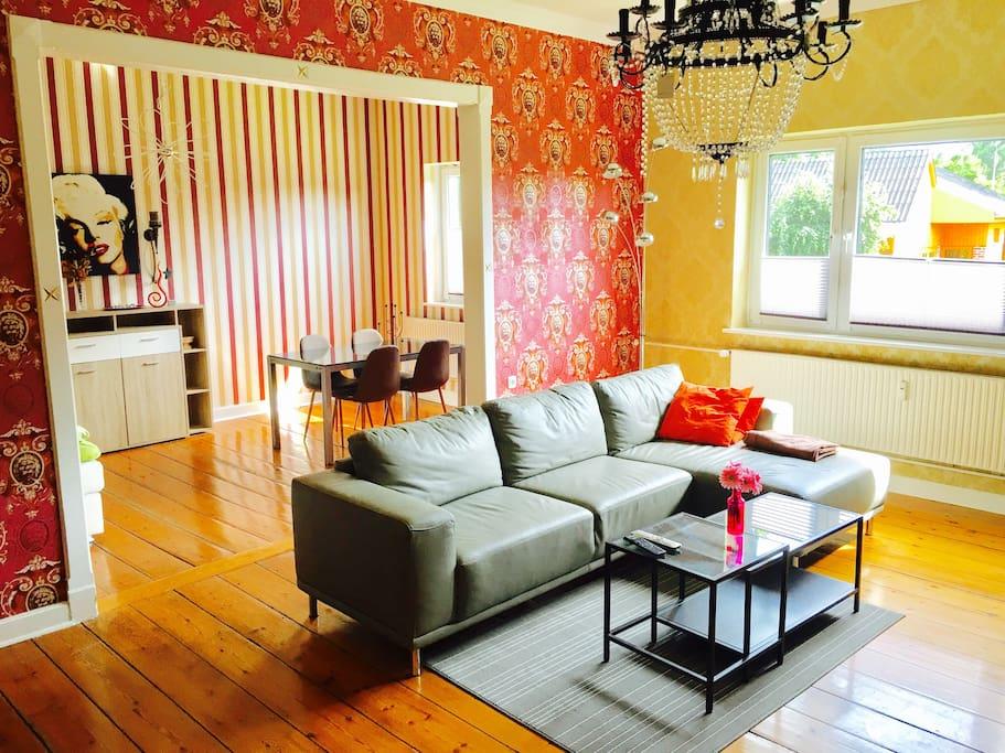 Wohnzimmer mit zweitem Schlafbereich