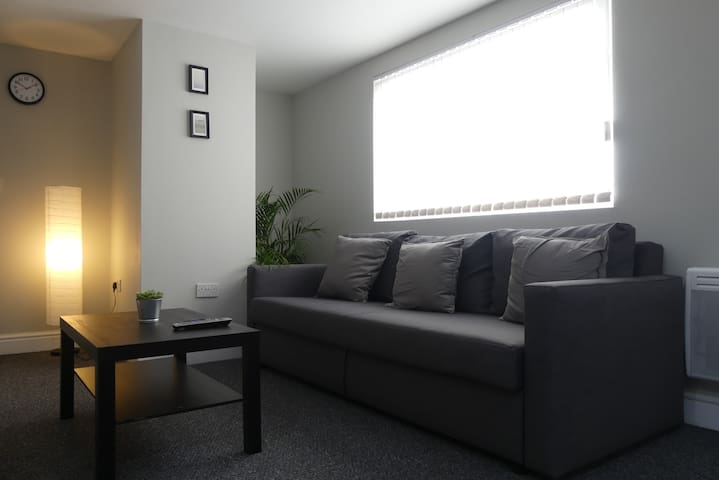 Park up & relax in smart central Cardiff apt for 6