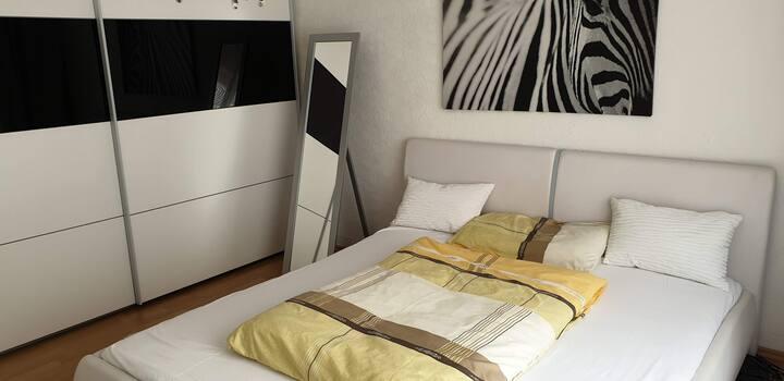 Privates Schlaf- & Wohnzimmer im Zentrum, nahe SAP