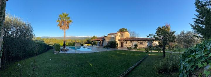 Belle villa provençale avec vue sur les montagnes
