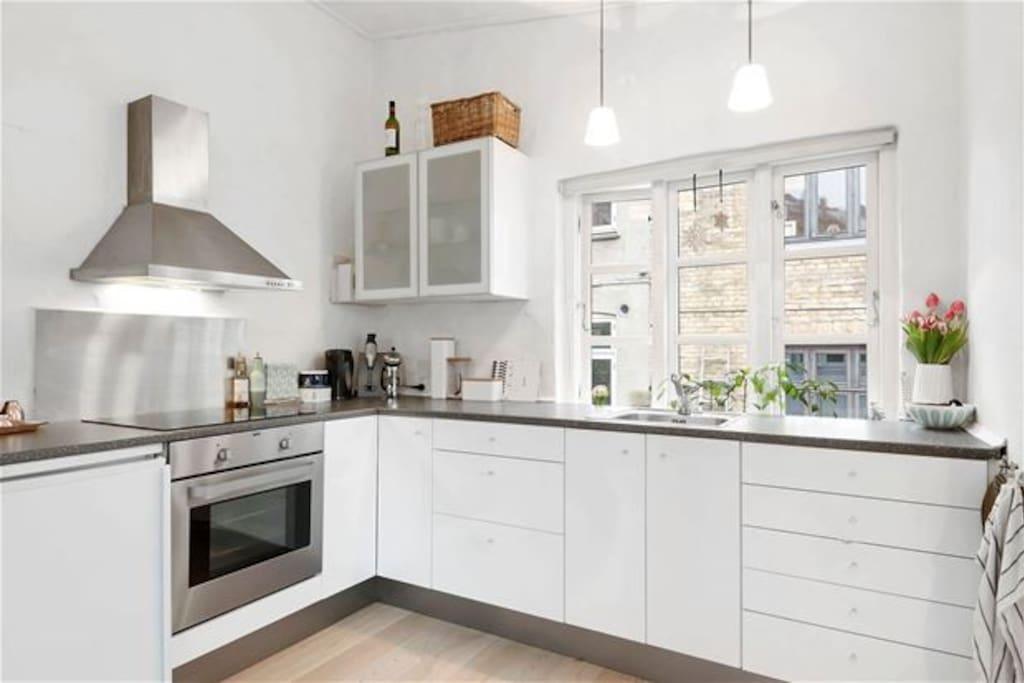 Nyrenoveret køkken.