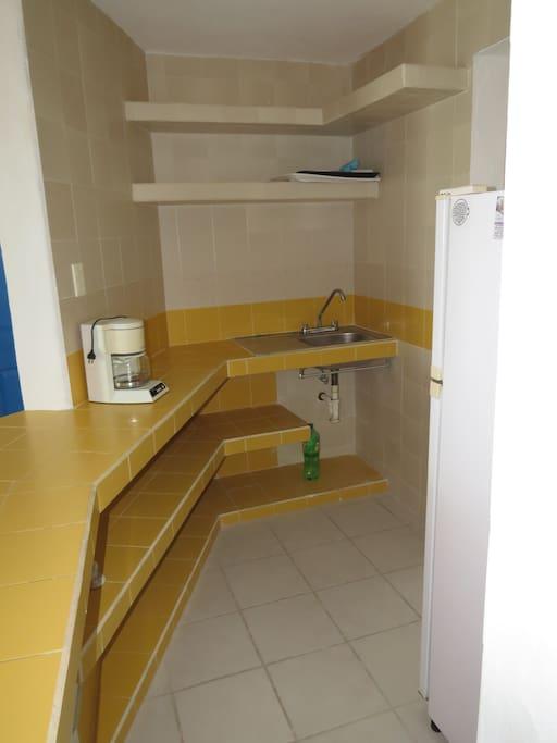La cocina está equipada con alacena, refrigerador, cafetera, estufa de dos quemadores eléctrica; así como agua potable en toda la instalación. Y una bodega con capacidad para almacenar enseres de limpieza y uso personal.