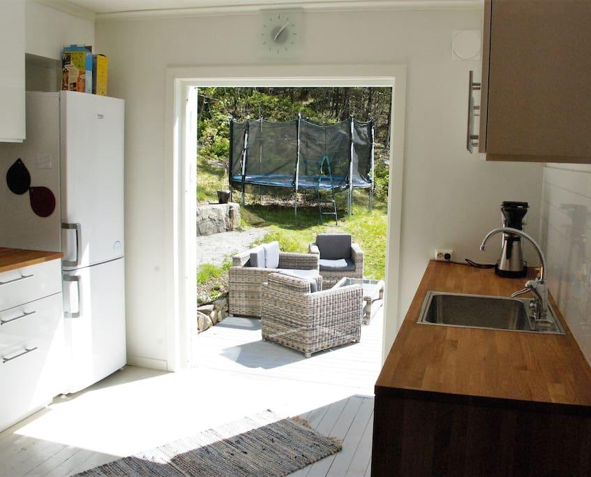 Kjøkkenet har utgang direkte til terrassen