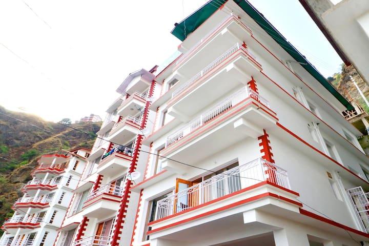 Sale! Vibrant 1BR Stay in Malyana, Shimla
