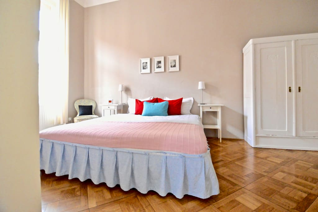Bright 2nd bedroom. Double bed 200 x 180 cm can be arranged into two single beds