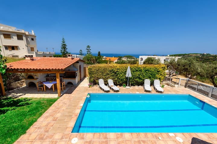 New 4 bedroom villa, pool, bbq & gym-table tennis!