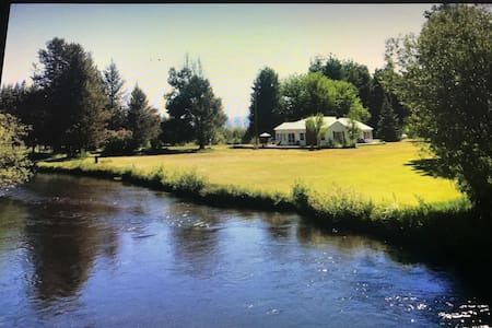 The Riverhouse 5 miles from Crater Lake Park