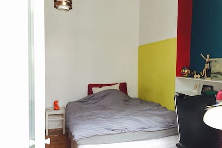 bright coloured room + balcony, super central - Appartement