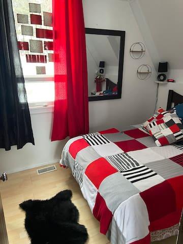 Chambre avec lit double au premier plancher