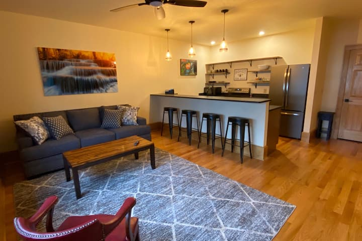 Main Street Retreats - Brand New Downtown Apt. 105
