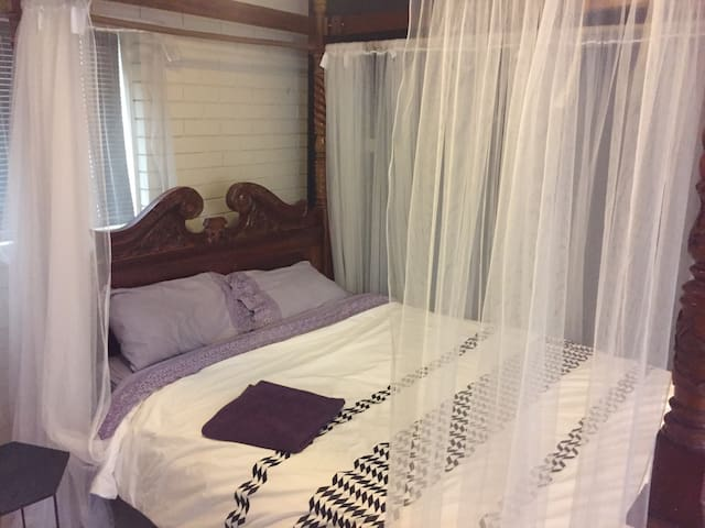 Retro Suite - R5 - Self contained!! - Rocklea - House