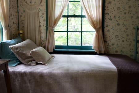 Chinquapin Inn - Bedroom w/ 2 Twins - Penland - Bed & Breakfast