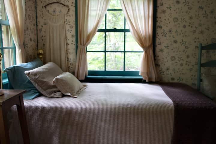Chinquapin Inn - Bedroom w/ 2 Twins