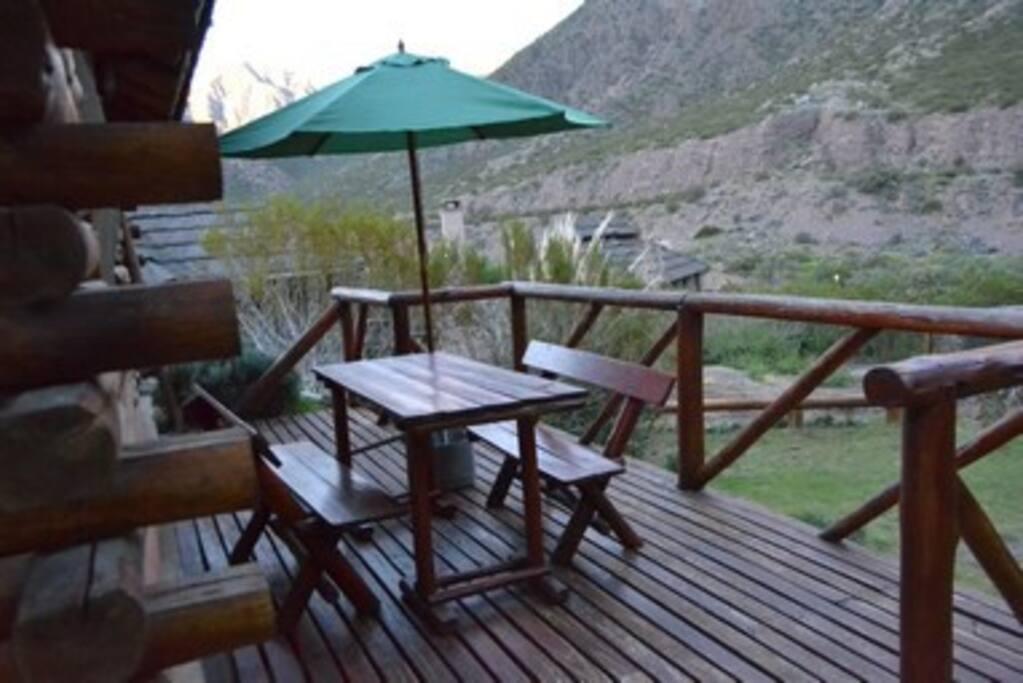 Cabaña de madera con terraza cerca del rio