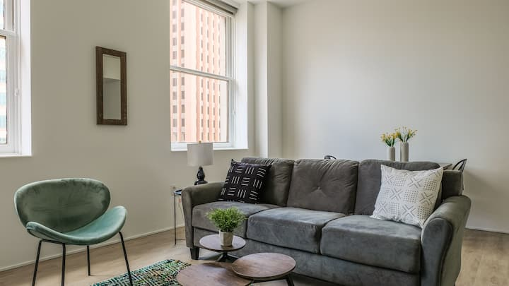 Bright Studio Apt in Downtown