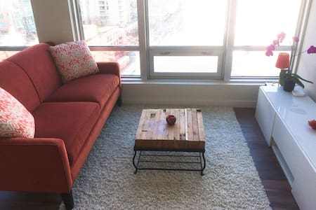 UTTERLY CENTRAL! ENTIRE HOME! Cool Hardwood floors - Vancouver - Wohnung