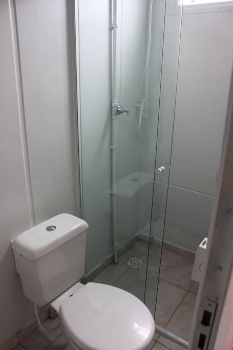 banheiro privativo com blindex