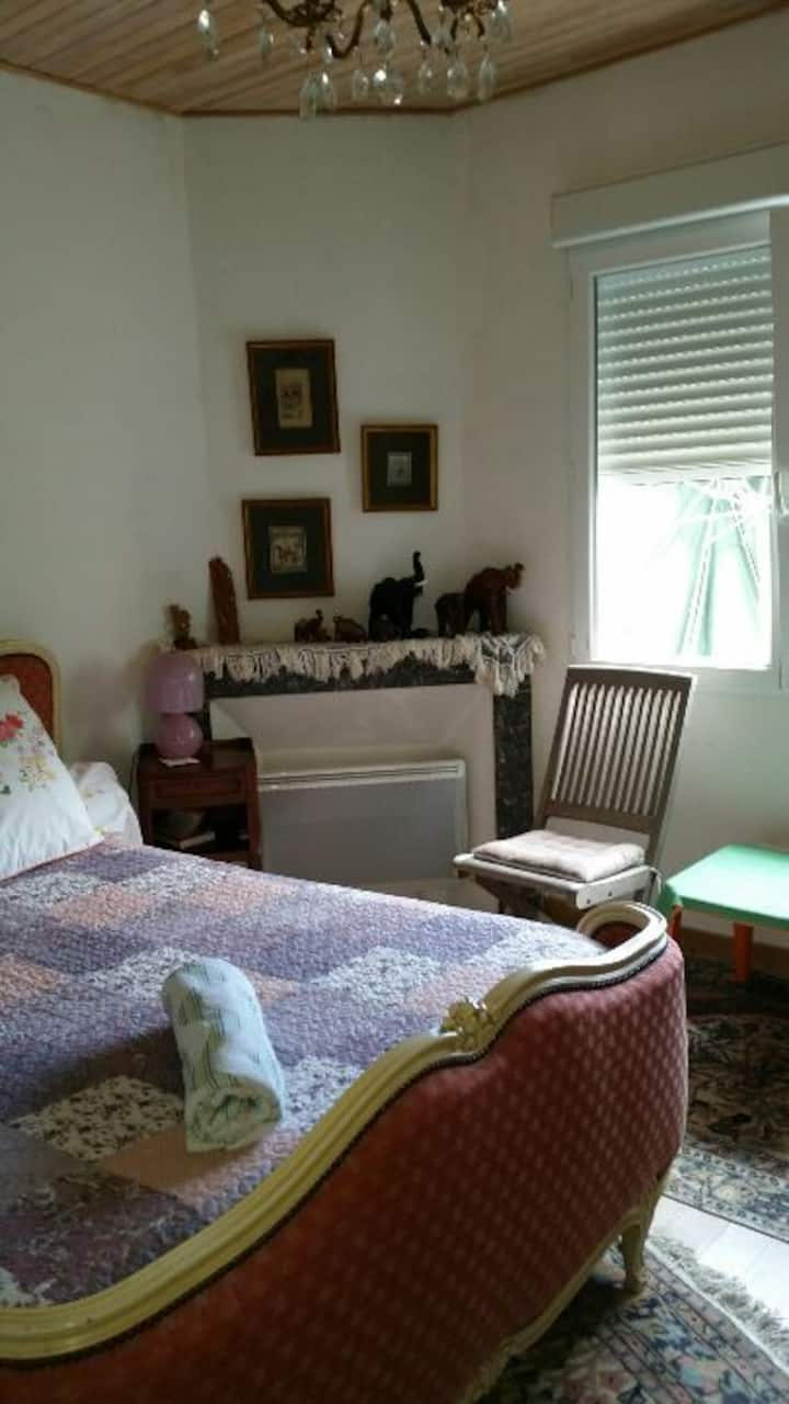 Chambre dans maison de campagne confortable.