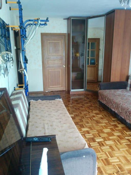В гостиной установлен вместительный шкаф купе