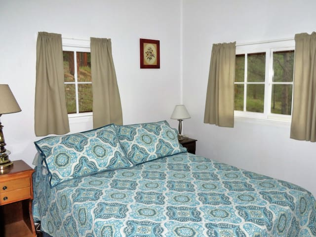 Second Bedroom with double bed - Mountainbrooks Ranch Boulder Cabin