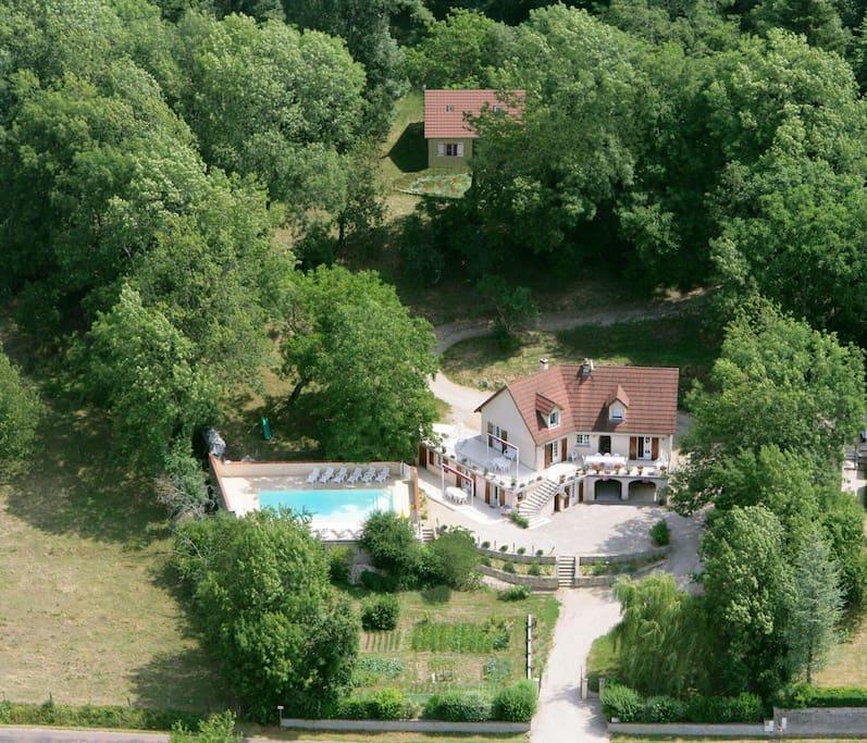 Dans notre propriété de 6500 m² avec second gite et piscine partagée