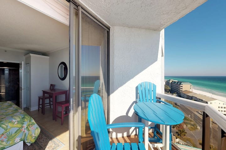 Gulf view condo w/ balcony, beach access & shared pool/hot tub/gym/tennis!