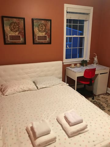 Clean room with private 1/2 bath,5 min to subway