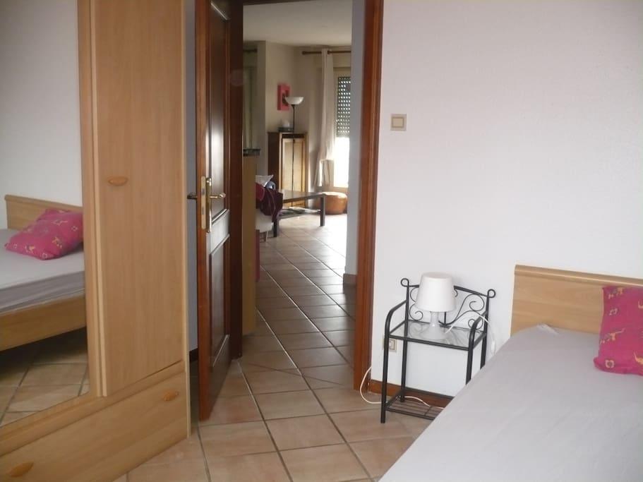 Une grande chambre bien équipée: lit 2 places et une immense armoire pour y mettre toutes ses affaires!!!