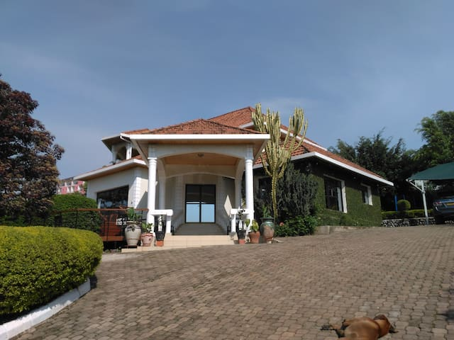 4. Double Bedroom in a Spacious and Quiet Home - Kigali - Hus