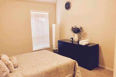Cozy bedroom w/ detached bathroom. - Pearland