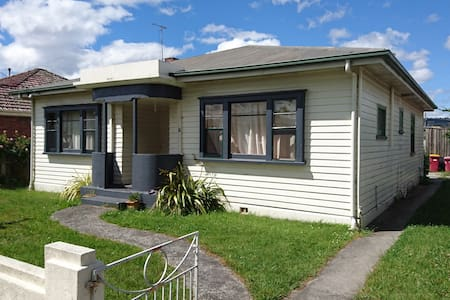 Need an affordable fully furnished room in a friendly share house with superfast unlimited NBN internet. Very close to shops. Off road parking. Medium term stay preferred.