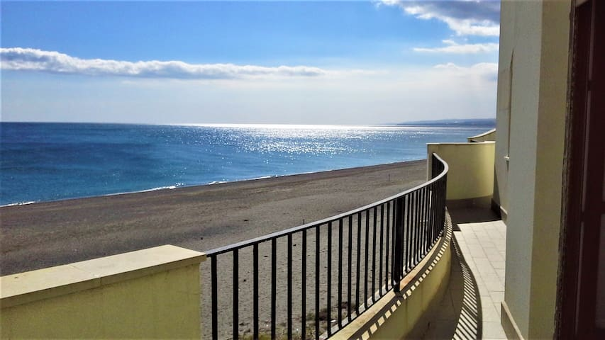 SEASIDE APARTMENT - Giardini Naxos - Apartamento