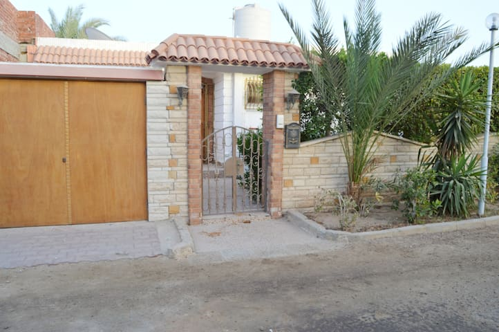 Charming small villa with privat Resort Beach - Qesm Hurghada - Hus