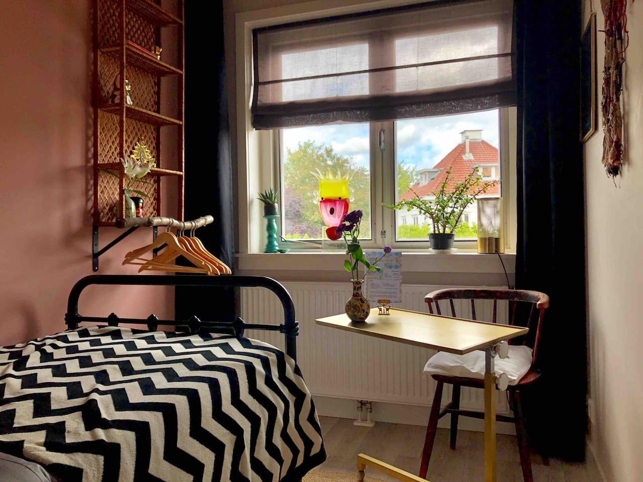 Fab cozy place with all you need. Great bed with a semi firm mattrass. Curtains who turn the place in complete darkness. And all just 20 minutes from Amsterdam City Centre