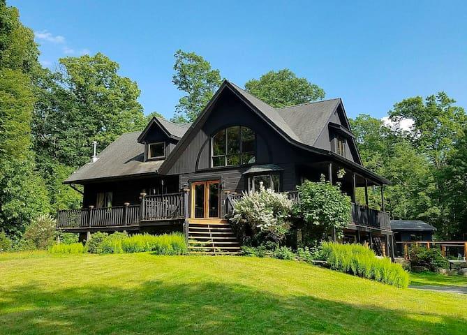 Chalet Shaw: Modern Cabin Retreat in Hudson Valley