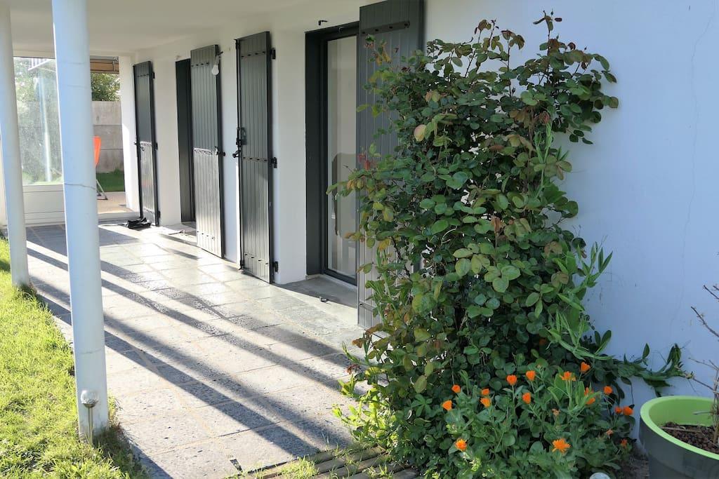 Accès indépendant à l'appartement au rez de chaussée depuis jardin