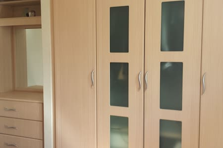 A spacious double room ina family house of couple. - Feltham - 公寓