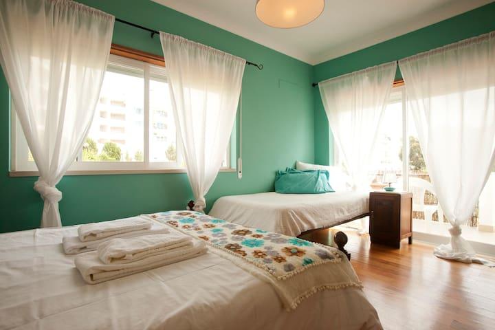Double room: 5 min. to the center - Ericeira - 家庭式旅館