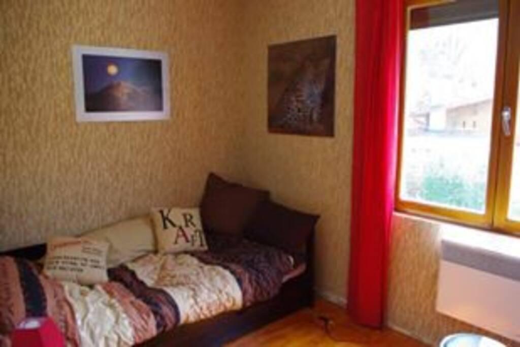 Chambre lit simple avec tiroir matelas .bureau , bibliothèque.