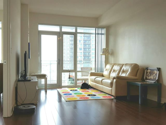 Cozy & Sunny 1 Bedroom Downtown Luxury Condo - Mississauga, Ontario, CA - Byt