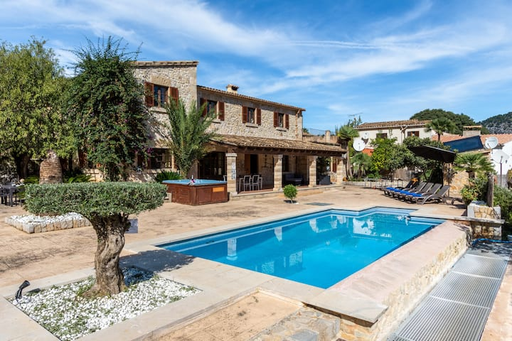 Elegant Finca Can Miquel Morro with Pool, Whirlpool, Air Conditioning, Wi-Fi, Balcony, Terraces and Mountain View; Parking Available
