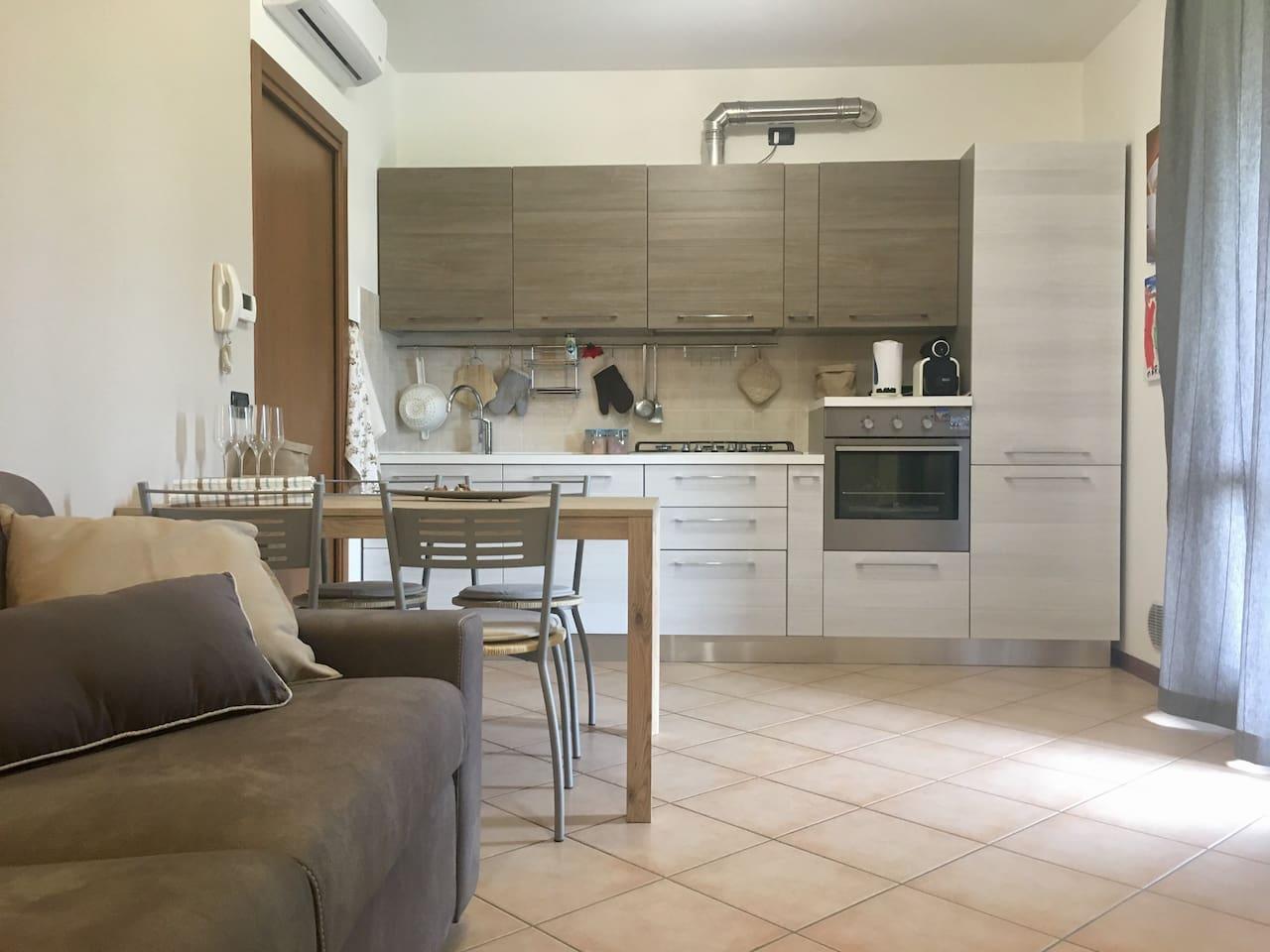 Nuova cucina dotata di lavastoviglie, forno, macchina del caffè (cialde), bollitore per tea e piano cottura a gas (5 fuochi)