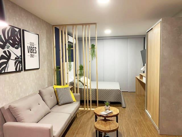 Moderno y versátil studio, living con cómodo sofá cama y dormitorio con TV Smart ,wifi, espacio de escritorio, aire acondicionado y pequeña terraza exterior, cocina totalmente equipada y baño moderno. Studio nuevo a estrenar por nuestros huéspedes.  Areas comunes modernas, lobby , ascensores, lavandería y secadoras ( costos no incluidos, se consulta en lobby ). Piscina en terraza, areas de relax confortables y sin costos. Areas de trabajo GO WORK y salón para eventos interior y con cocina cerrada. ( consulta disponibilidad en lobby y se cancela monto mínimo por limpieza después del uso.). Espacio diseñado exclusivamente para dar comodidad a nuestros huéspedes que hospedan por trabajo o vacaciones.