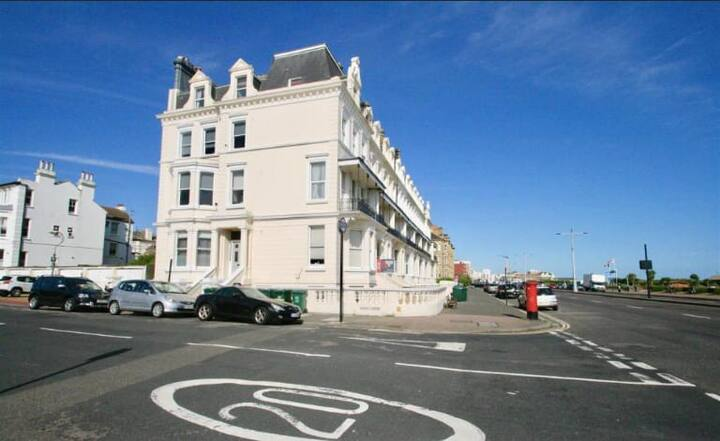 Hove Seafront Apt / Penthouse views / Free Parking